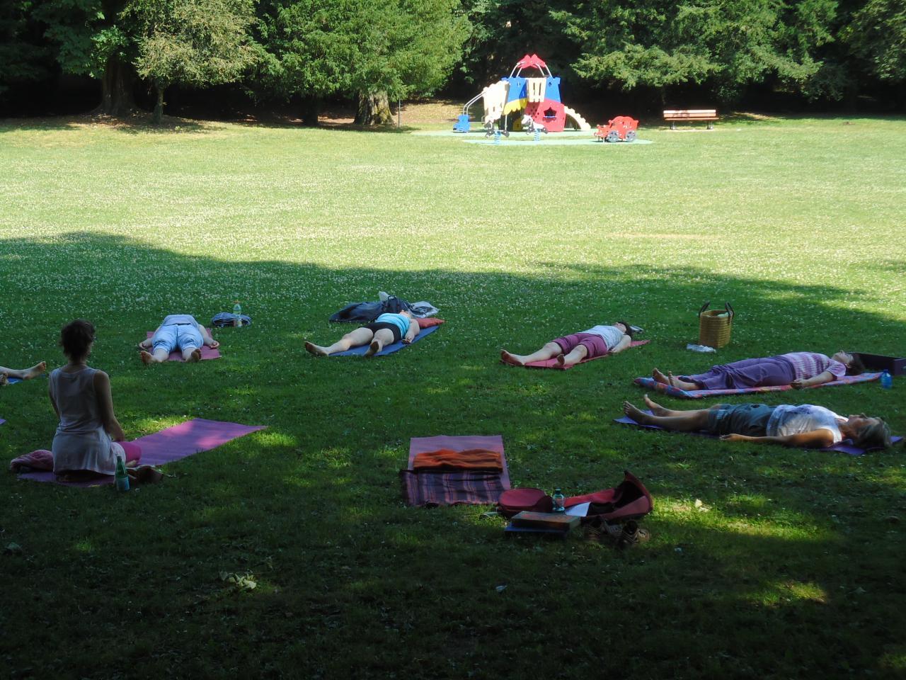 """Yoga en été, juillet 2013, à Bar le Duc: """"Pieds nus dans l'herbe"""